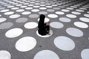 通りに座っている女性