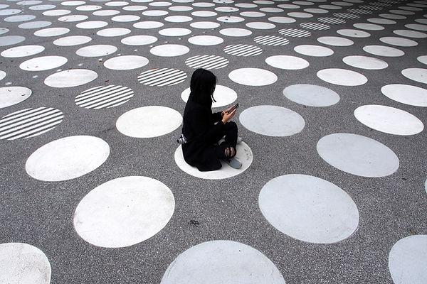 Femme assise dans la rue