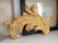 feuille d'acanthe en bois sculpte et dore d'époque XVIIIe, dessus de porte, fronton, élément de retable