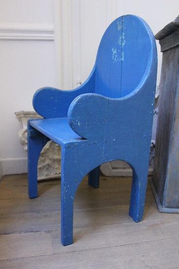 Fauteuil d'enfant vintage en bois patiné bleu électrique, accoudoirs pleins en arrondi, dossier rond