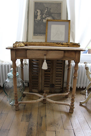 bureau ancien a entretoise d'époque XVIIIe décapé