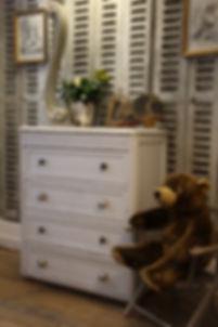 petite commode d'enfant ancienne patinée gris, dessus en marbre blanc, boutons en verre eglomise. Mobilier enfants