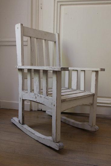 Ancien rocking chair vintage en bois patiné blanc
