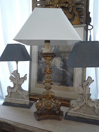 pique cierge d'époque XVIIIe en boiss culpté et doré, relaqué bleu, monté en lampe