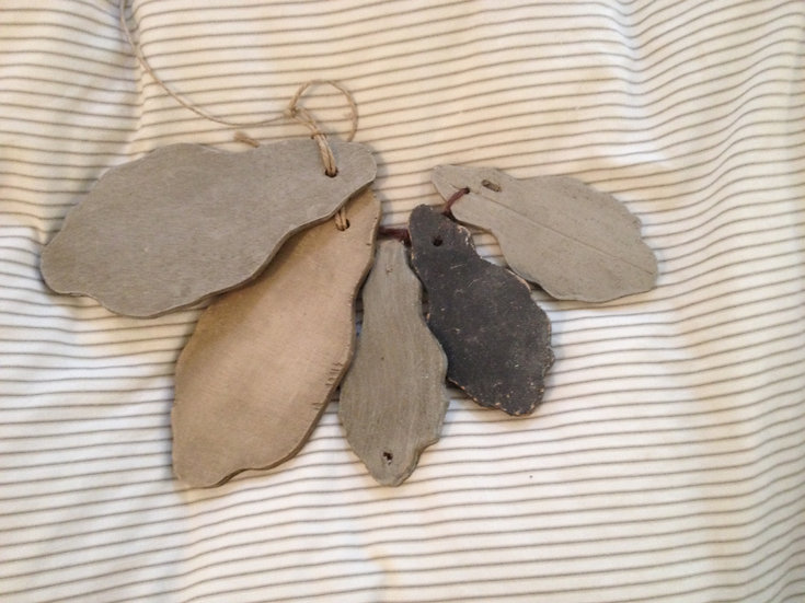 Pampilles en bois chantourné est patiné en camaïeux de gris