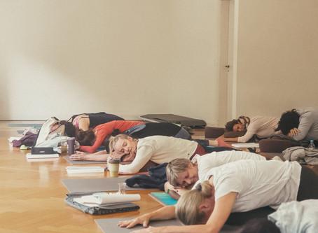 Regenerierender Yogalehrer – Weiterbildung im Unit Yoga Wiesbaden