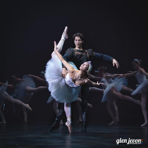 Swan Lake ballet dancers