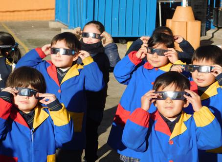 El Nobel School se alinea con el Eclipse