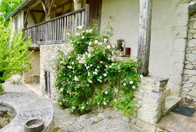 La Baronne, Miramont de Quercy - the well and the balcony...