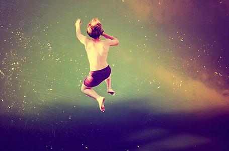 Garçon Sauter dans l'eau