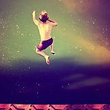 Menino que salta na água