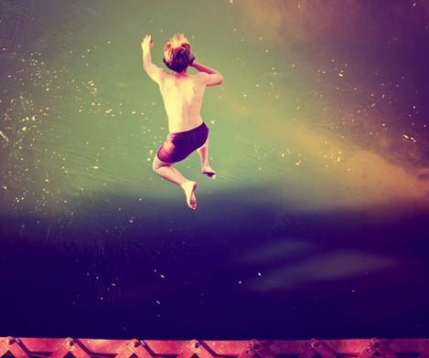 Boy Springen in Wasser