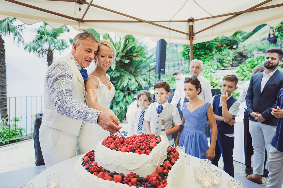 9. Cutting the wedding cake at Villa Bal