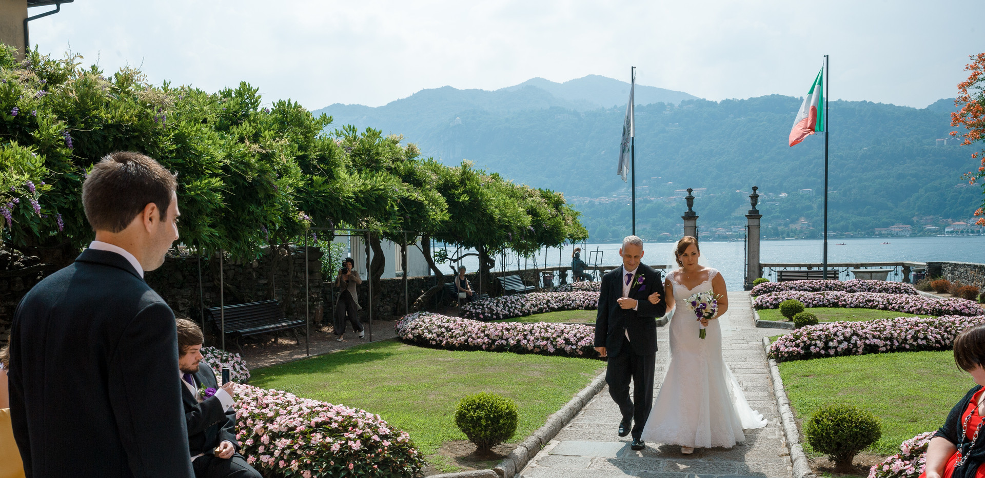 2. The bride and her father arrive at Vi