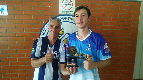 Donizetti de Paula entrega o troféu de campeão da série ouro a Thiago Pereira