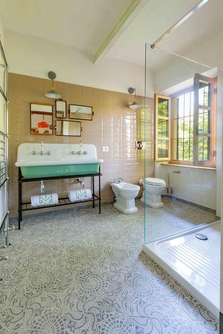 Moscato second room bathroom