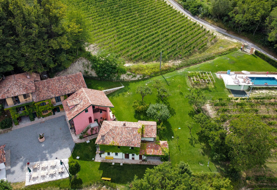 Tenuta Miranda is like a small village. Three houses surrounding a piazza, and our infinity swimming pool a little away.