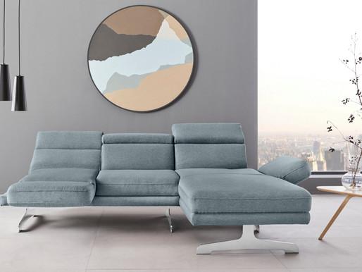 Modernes Wohnzimmer in Eisblau & Weiß