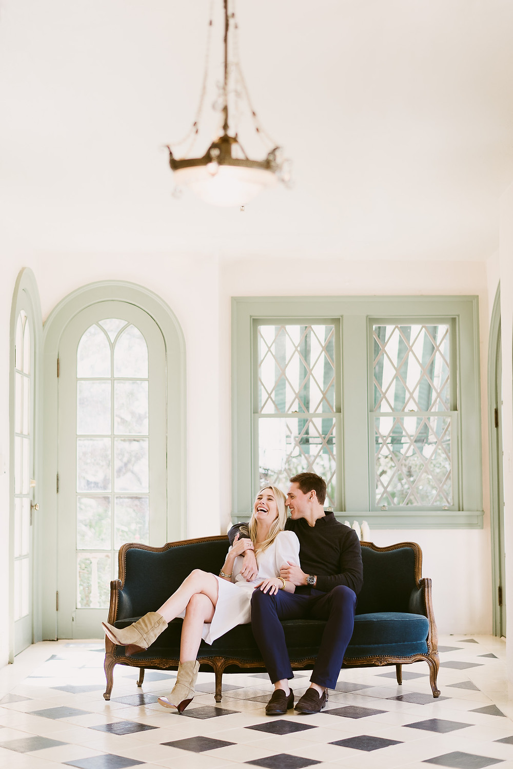 Spring engagement session at Laguna Gloria in Austin, Texas | Mountainaire Gatherings