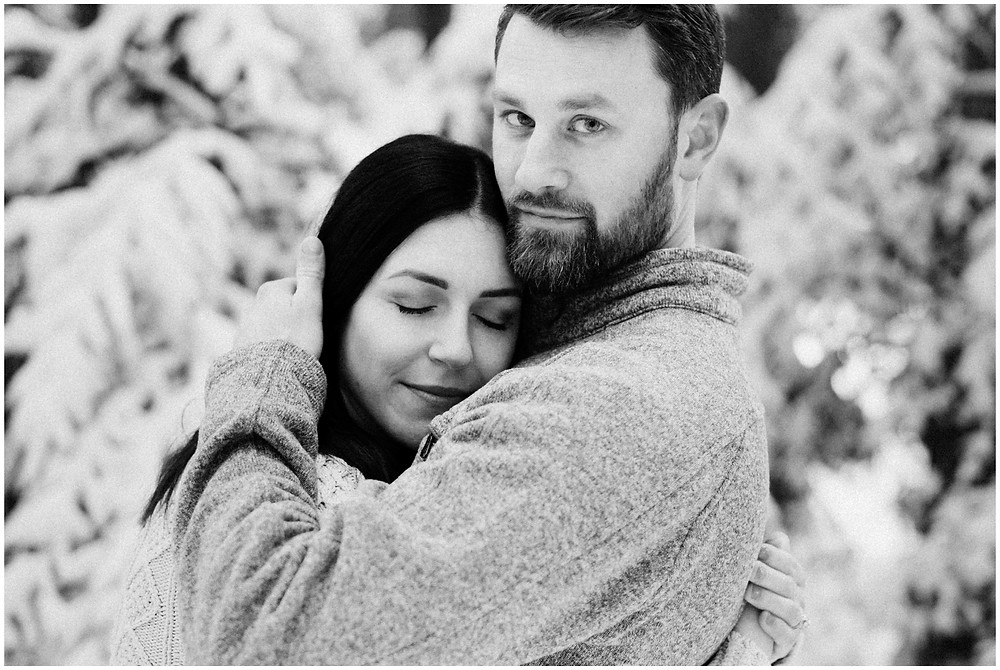 Outdoor engagement photos in the snow by Mountainaire Gatherings
