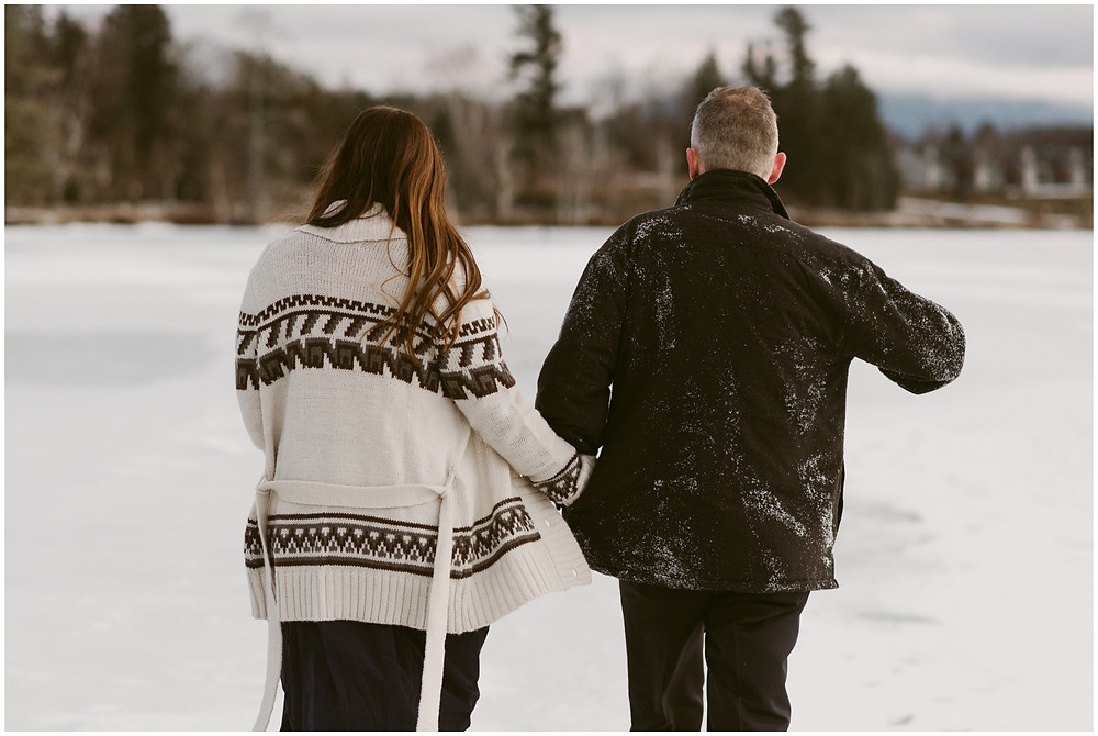 What to wear for your winter engagement photos by Mountainaire Gatherings
