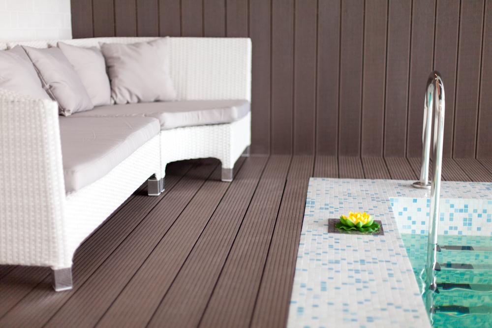 бассейн с душевой лейкой с потолка