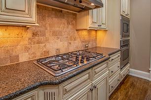 gas-stove-on-kitchen-counter-3773569.jpg