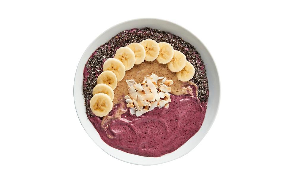 vegan smoothie bowl met blauwe bessen, pindakaas, banaan en chia zaden.