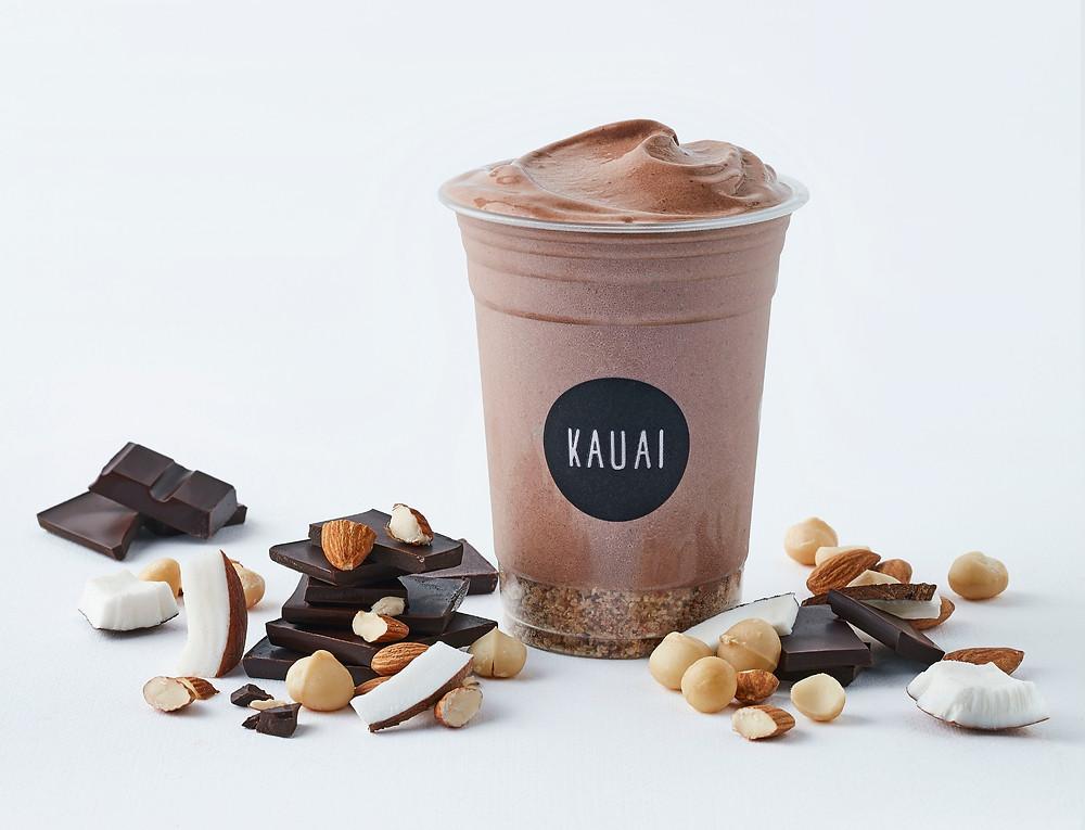 Een gezonde smoothie met cacao, banaan en noten van Kauai Utrecht