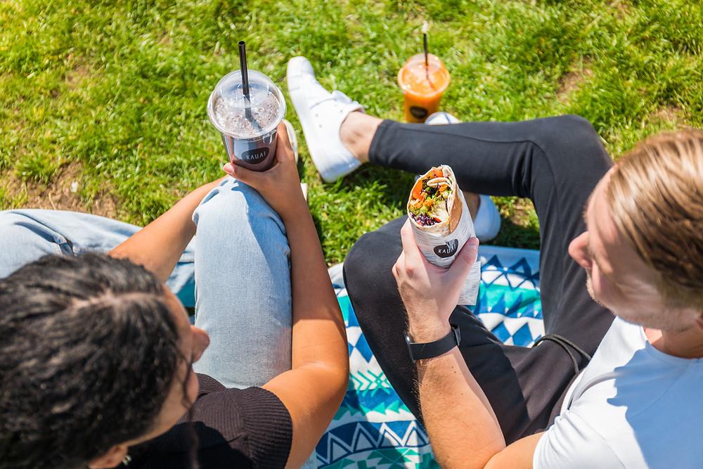 Een gezonde lunch in het park van Kauai Utrecht.