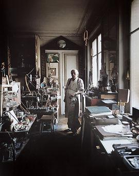 O artista Cídero Dias em seu atelier em Paris