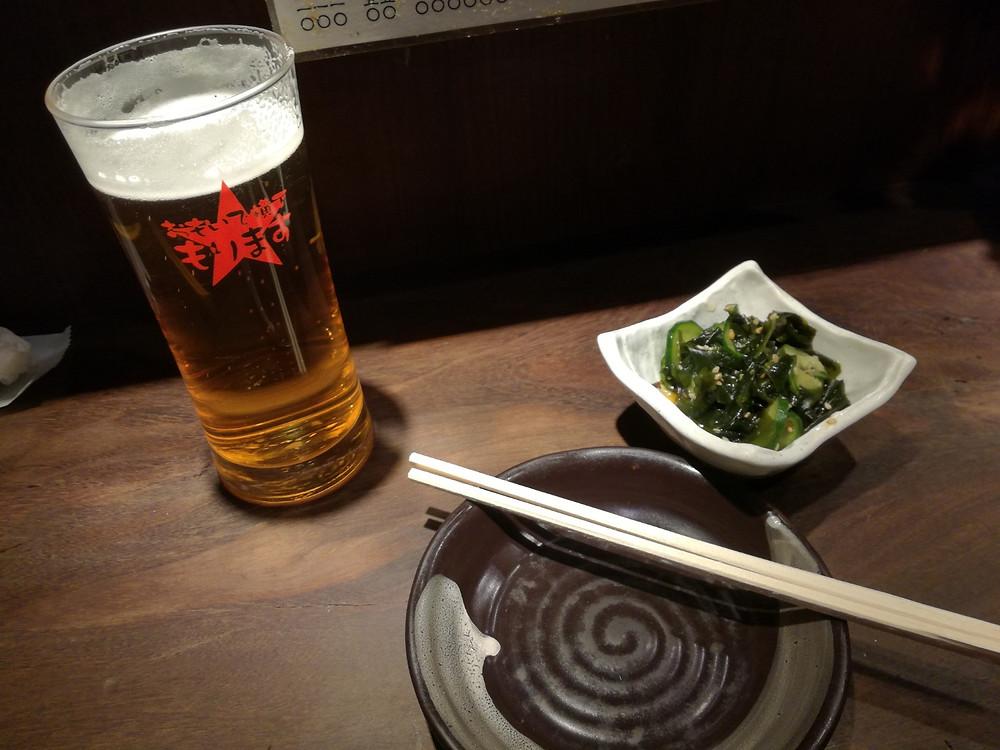 Bier, Yakitori und Sunomono im Izakaya