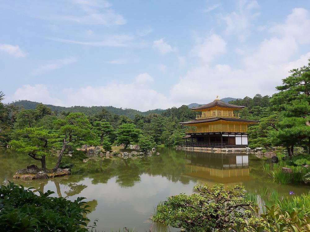 Der Goldene Pavillion in Kyoto im Sommer