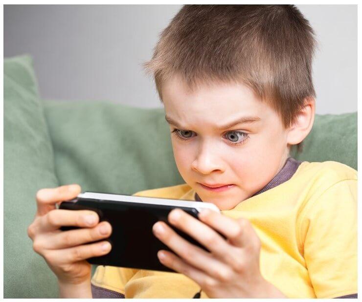 Criança com excessivo esforço visual durante uso do smartphone