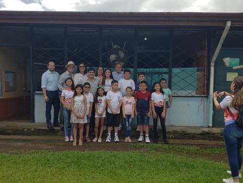 Presidente Alvarado promete reconstrucción de deteriorada escuela en Pococí