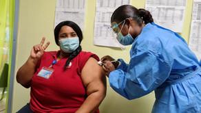 Coronavirus: Enfermera con 34 años de servicio fue la primer vacunada en Limón