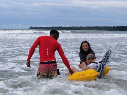 Adulto mayor logró entrar al mar 20 años después gracias a rampa de acceso en Cahuita