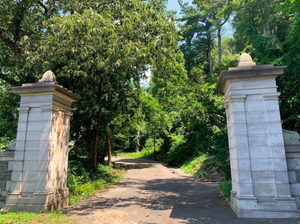 The entrance to the driveway of the Billings Mansion