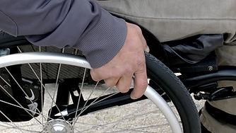מוניות ברחובות נסיעה עם כסא גלגלים