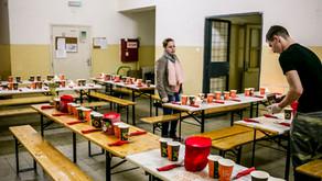 Partnerek megajándékozása helyett hajléktalanokat vacsoráztatott meg a KIOSK