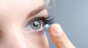The do's and don'ts when wearing contact lenses.