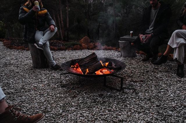barbecue portable amis autour du camp