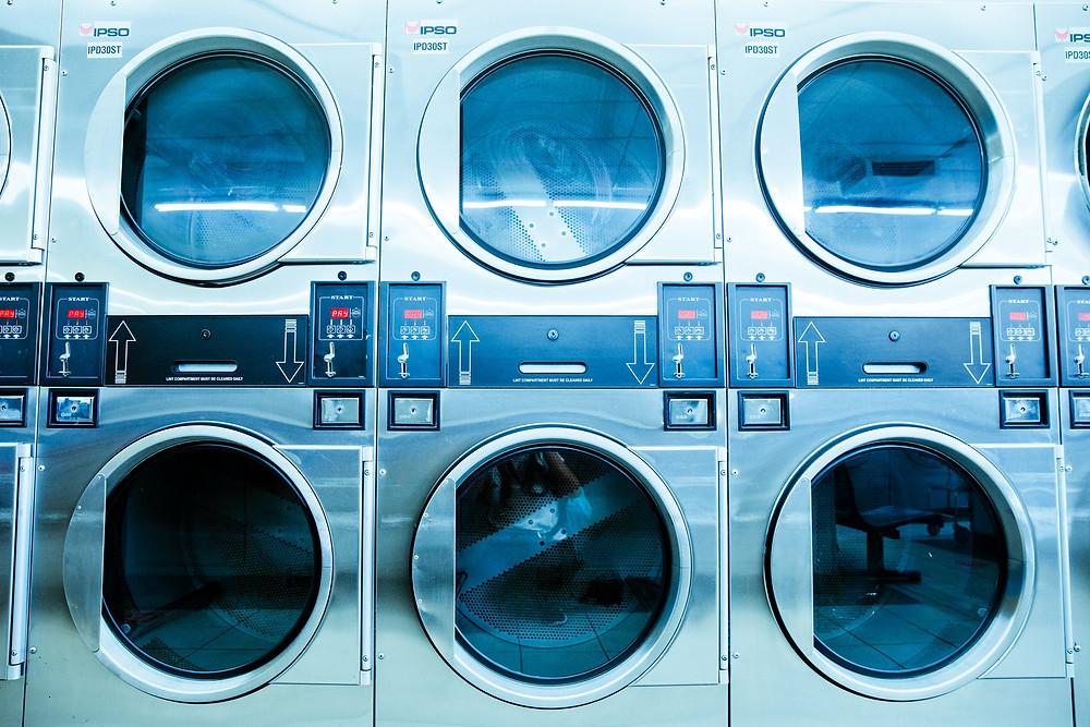 machine a laver portable dans une laverie le soir