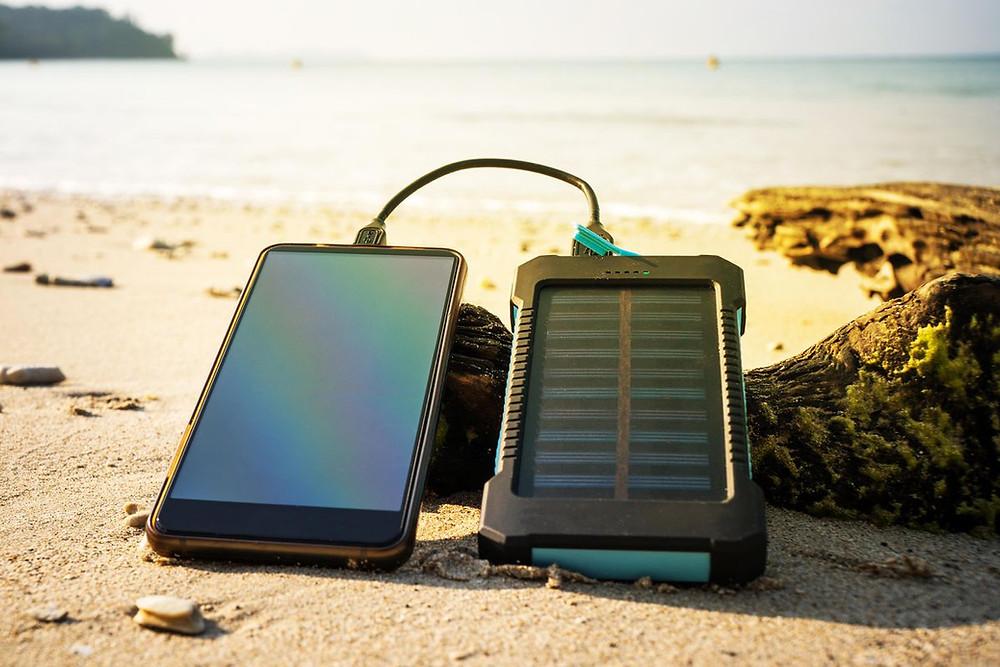 Meilleur Chargeur Solaire Portable 2021 | Avec et Sans Batterie Intégrée