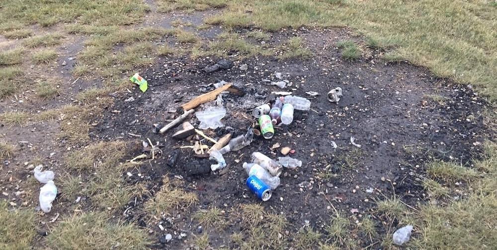 detritus dans la nature feux de camp
