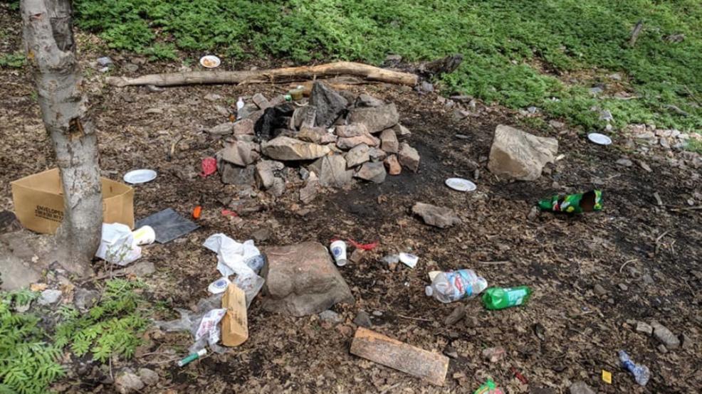 detritus dans la nature camping sauvage