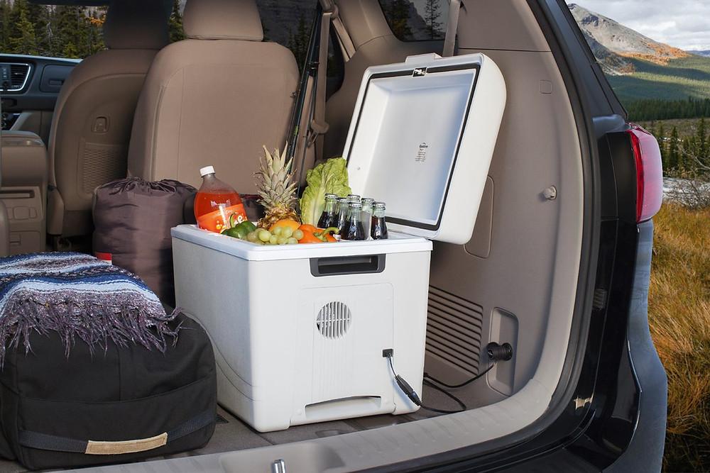glacière électrique dans le coffre de la voiture