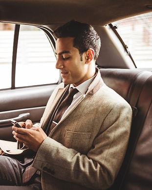 Affärsman i en bil