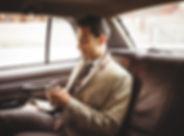 Hombre de negocios en un coche
