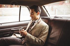 Geschäftsmann in einem Auto